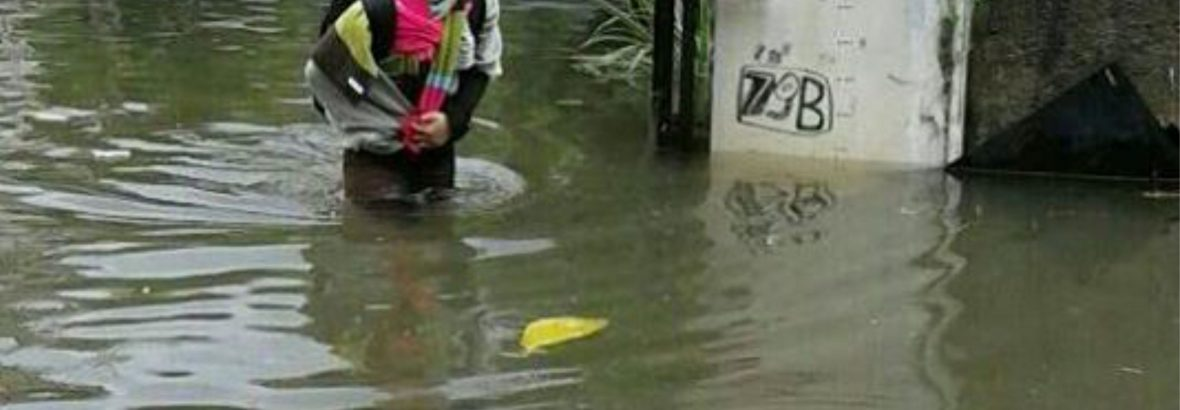 Banjir Tak Surutkan Semangat Fatimah untuk Mengajar